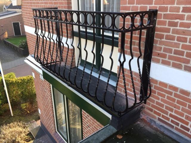 Balkonhekwerk met buikspijlen